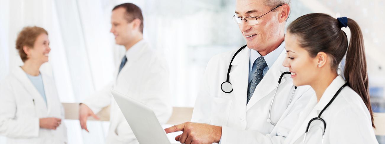 deux médecins lisant un document