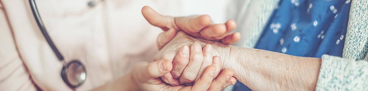 medecin tenant la main d'une patiente